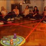 Red de sanación energética tejida en un taller vivencial