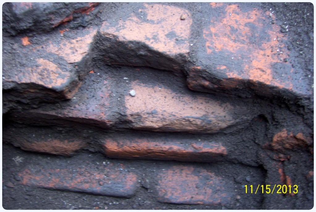 Parte de la pared este. Es probablemente que los ladrillos salientes dividieran la segunda sacristía del recinto principal.
