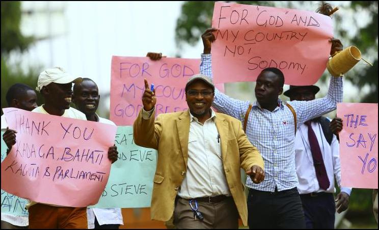 """Uganda y Kenia son dos emblemas de la criminalización de la homosexualidad en África. Entre 2009 y 2011, algunas iglesias cristianas y el poder político local participaron activamente a favor de las leyes """"anti gays"""". Algunas organizaciones locales (muy perseguidas) con el apoyo de grupos internacionales emprendieron la resistencia."""
