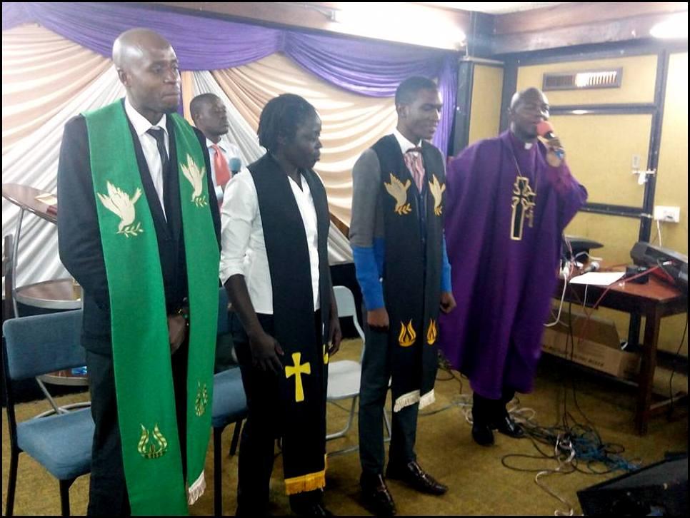 Celebración religiosa de la Cosmopolitan Affirming Church. En su estética aparece el arco iris como elemento de ornamentación de los símbolos religiosos. Imagen extraída de su propio Facebook que usan como estrategia de comunicación (https://www.facebook.com/Cosmopolitan-Affirming-Church-Kenya-990143787709693/).